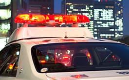 警察への届け出は運転者の義務です。これは法律上の義務ばかりでなく、任意保険・自賠責保険を問わず保険金を請求する際に必要となる交通事故証明」の交付にもつながりますので、必ず行ってください。